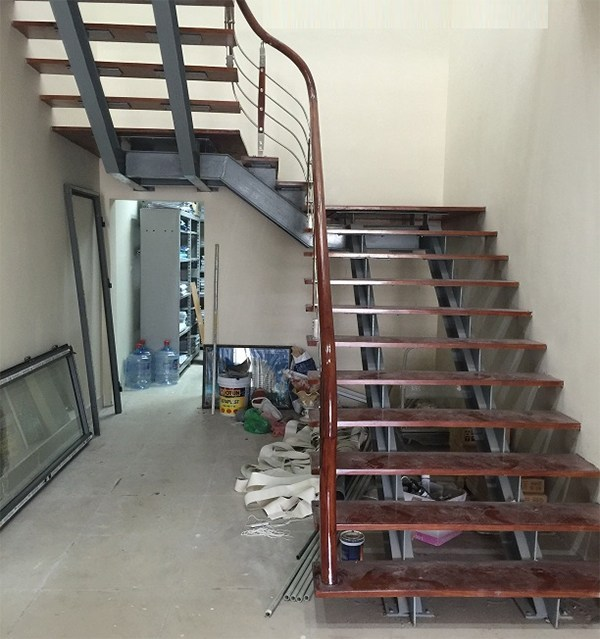 Giá thi công lắp đặt cầu thang sắt sơn tĩnh điện chống gỉ thẩm mỹ mẫu đẹp tại hà tĩnh